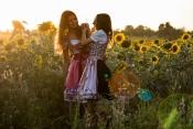Lina & Jana albern im Sonnenblumenfeld herum
